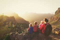 Madre con tres niños que caminan en montañas Foto de archivo libre de regalías