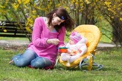 Madre con un bambino Fotografie Stock