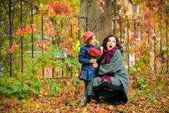 Madre con un fronte sorpreso che imbroglia intorno con una figlia in a Fotografia Stock Libera da Diritti