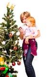 Madre con un hijo cerca de un árbol del nuevo-año Imágenes de archivo libres de regalías