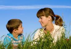 Madre con un hijo en el prado fotos de archivo