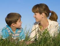 Madre con un hijo en el prado Fotos de archivo libres de regalías