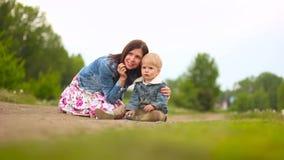 Madre con un niño en el aire abierto almacen de video