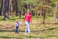Madre con un niño en la naturaleza Fotos de archivo libres de regalías