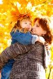 Madre d'abbraccio della figlia Fotografia Stock Libera da Diritti
