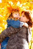 Madre de abarcamiento de la hija Foto de archivo libre de regalías