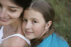 Madre de abarcamiento de la hija Fotos de archivo libres de regalías