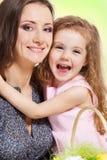 Madre de abarcamiento de la muchacha Foto de archivo libre de regalías