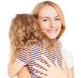 Madre de abarcamiento de la muchacha Imagen de archivo libre de regalías
