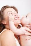 Madre de abarcamiento del bebé Fotos de archivo libres de regalías