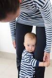 Madre de abarcamiento del bebé Fotografía de archivo libre de regalías