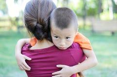 Madre de abarcamiento del muchacho Foto de archivo libre de regalías