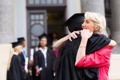 Madre de abrazo graduada Fotografía de archivo libre de regalías