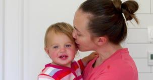 Madre de amor que celebra y que besa al bebé hermoso almacen de metraje de vídeo