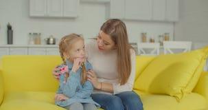 Madre de amor que conforta a su hija triste en casa almacen de metraje de vídeo
