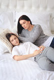 Madre de apoyo que ayuda a su hija adolescente preocupante Fotografía de archivo