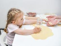 Madre de ayuda de la muchacha para hacer las bolas de masa hervida fotografía de archivo
