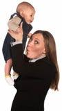 Madre de funcionamiento con el bebé hediondo Imagenes de archivo