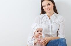 madre de la familia e hija del bebé Imágenes de archivo libres de regalías