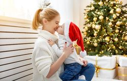 Madre de la familia e hijo del bebé en la mañana de la Navidad en el árbol Fotografía de archivo