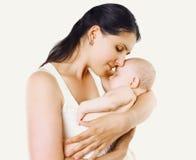 Madre de la felicidad, bebé durmiente dulce en el abrazo de una madre Imagenes de archivo