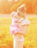 ¡Madre de la felicidad! Retrato soleado de la mamá y del bebé felices junto Foto de archivo