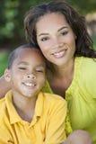 Madre de la mujer del afroamericano con el hijo del muchacho Imágenes de archivo libres de regalías