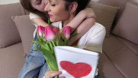Madre de la sorpresa de la hija con el ramo de tulipanes Concepto del d?a de madres almacen de video