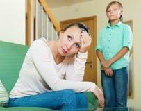 Madre de mediana edad e hijo adolescente después de la pelea Fotografía de archivo libre de regalías