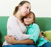 Madre de mediana edad que consuela al adolescente triste Imagen de archivo