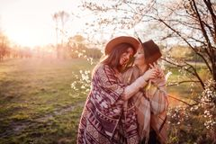 Madre de mediana edad y su hija adulta que abrazan en jardín floreciente Concepto del día del ` s de la madre Valores familiares Imagen de archivo