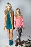 Madre de moda con la hija Imagenes de archivo