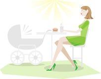 Madre de relajación en café con el cochecito de bebé Imágenes de archivo libres de regalías