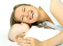 Madre de risa feliz con su bebé fotografía de archivo libre de regalías