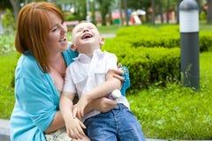 Madre de risa y su hijo de cuatro años Fotos de archivo libres de regalías