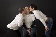 Madre de Seniro que consigue un beso de hijas Imagen de archivo libre de regalías