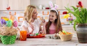 """Madre del †de la pintura de Pascua la """"con el colorante de la hija eggs almacen de video"""