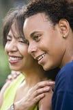 Madre del afroamericano e hijo adolescente Foto de archivo libre de regalías