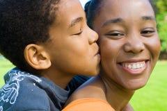 Madre del beso del niño Imagen de archivo libre de regalías