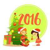 Madre del fumetto con la figlia che decora l'albero di Natale Fotografia Stock