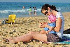 Madre del niño del juego de la playa Imagen de archivo libre de regalías