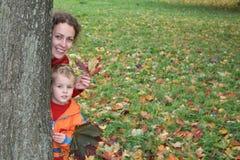 Madre del otoño con el niño imagen de archivo