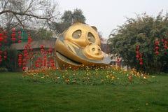 Madre del panda e statua del cucciolo che conduce a Panda Breeding Base gigante a Chengdu Immagini Stock