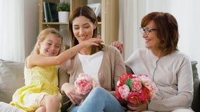 Madre del saludo de la familia con las flores en casa almacen de video
