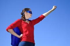 Madre del super héroe contra fondo del cielo azul fotos de archivo libres de regalías