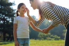 Madre delicata che segna la sua guancia delle figlie Fotografie Stock