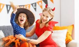 Madre della famiglia e figlia del bambino che si prepara per Halloween, Fotografie Stock