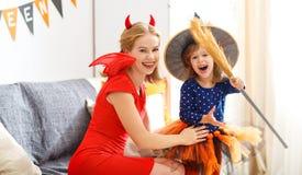 Madre della famiglia e figlia del bambino che si prepara per Halloween, Fotografia Stock Libera da Diritti