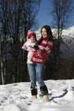 madre della figlia che gioca neve Immagini Stock Libere da Diritti