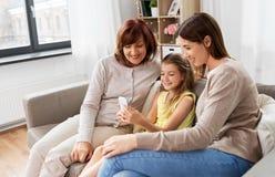 Madre, derivato e nonna con lo smartphone fotografie stock